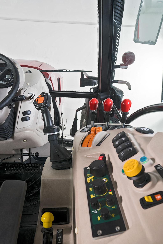 Traktor BASAK 5120 interier